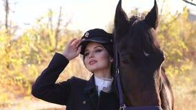 Giovane donna felice con il cavallo, sorridente Cavallo Rider Portrait video d archivio