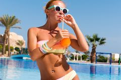 Giovane donna felice con il cocktail Fotografie Stock