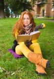 Giovane donna felice con il libro e la mela Fotografia Stock