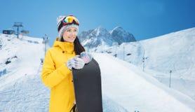 Giovane donna felice con lo snowboard sopra le montagne Fotografie Stock Libere da Diritti