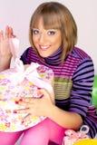 Giovane donna felice con un regalo Immagine Stock Libera da Diritti
