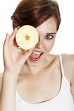 Giovane donna felice con una mela fotografie stock