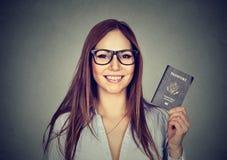 Giovane donna felice del ritratto con il passaporto di U.S.A. Immagini Stock Libere da Diritti