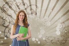 Giovane donna felice dello studente che tiene un taccuino contro il fondo schizzato marrone e bianco Fotografia Stock Libera da Diritti