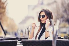 Giovane donna felice di affari che parla sul telefono Immagini Stock Libere da Diritti