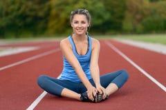 Giovane donna felice di misura che fa allungando gli esercizi Immagini Stock Libere da Diritti