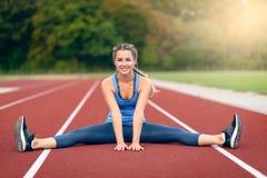 Giovane donna felice di misura che fa allungando gli esercizi Fotografia Stock Libera da Diritti
