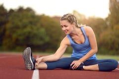 Giovane donna felice di misura che fa allungando gli esercizi Immagine Stock Libera da Diritti