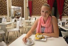 Giovane donna felice di modo al ristorante Immagine Stock Libera da Diritti