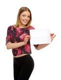 Giovane donna felice di sorriso con cartone bianco Fotografia Stock