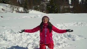 Giovane donna felice divertendosi neve di lancio Sta ridendo Una ragazza sta camminando nella foresta dell'inverno sulla natura i archivi video