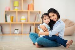 Giovane donna felice e sua figlia Fotografia Stock Libera da Diritti