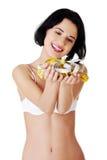 Giovane donna felice esile che tiene il nastro di misura Immagini Stock