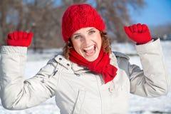Giovane donna felice il giorno pieno di sole della neve fotografia stock