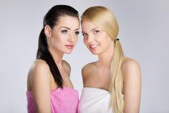 Giovane donna felice il suo amico in asciugamani immagini stock libere da diritti