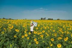 Giovane donna felice libera che gode della natura Ragazza di bellezza all'aperto Fre fotografia stock libera da diritti