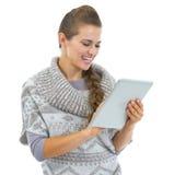 Giovane donna felice in maglione e cappello di natale facendo uso del pc della compressa Immagine Stock Libera da Diritti