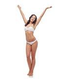 Giovane donna felice nel dancing bianco del costume da bagno del bikini Fotografie Stock Libere da Diritti