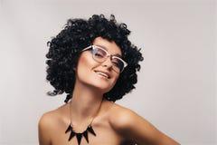 Giovane donna felice nel sorridere degli occhiali immagine stock libera da diritti