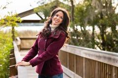 Giovane donna felice nell'ambiente naturale Immagine Stock Libera da Diritti