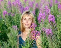 Giovane donna felice nella battuta di fioritura dei fiori Fotografia Stock