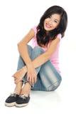 Giovane donna felice nella seduta di usura casuale Fotografia Stock Libera da Diritti