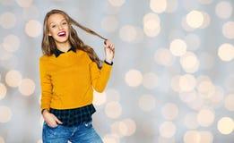 Giovane donna felice o ragazza teenager in abbigliamento casual Fotografia Stock Libera da Diritti