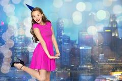 Giovane donna felice o ragazza teenager in cappuccio del partito Immagini Stock