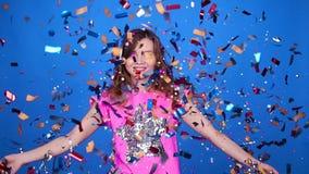Giovane donna felice o ragazza teenager con gli zecchini e coriandoli al partito video d archivio