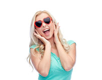 Giovane donna felice in occhiali da sole di forma del cuore Immagine Stock Libera da Diritti