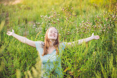 Giovane donna felice perché più non ritiene allergico all'ambrosia Fotografia Stock Libera da Diritti