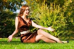 Giovane donna felice su erba Fotografia Stock