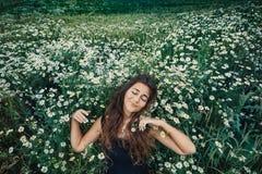 Giovane donna felice su un campo Fotografie Stock