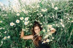 Giovane donna felice su un campo Concetto sano di stile di vita Immagine Stock Libera da Diritti