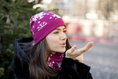 Giovane donna felice su un fondo di una città di inverno Fotografia Stock Libera da Diritti
