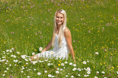 Giovane donna felice su un prato del fiore Immagine Stock