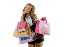 Giovane donna felice su una baldoria di acquisto. Immagini Stock