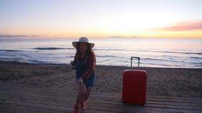 Giovane donna felice su una spiaggia di tramonto video d archivio
