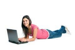 Giovane donna felice sul computer portatile Immagini Stock Libere da Diritti