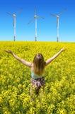 Giovane donna felice sul giacimento di fioritura del seme di ravizzone Fotografia Stock