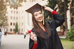 Giovane donna felice sul suo giorno di laurea Fotografia Stock Libera da Diritti