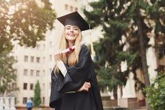 Giovane donna felice sul suo giorno di laurea Fotografia Stock