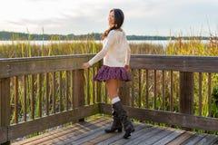 Giovane donna felice sulla passeggiata della natura Immagine Stock Libera da Diritti