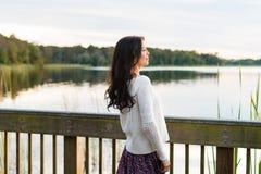 Giovane donna felice sulla passeggiata della natura Immagine Stock