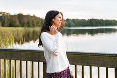 Giovane donna felice sulla passeggiata della natura Fotografia Stock Libera da Diritti