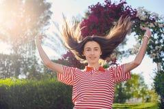 Giovane donna felice sulla vacanza estiva Immagine Stock Libera da Diritti