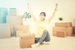 Giovane donna felice, uno studente, entrato in un nuovo appartamento Fotografie Stock