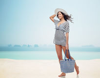 Giovane donna felice in vestiti di estate e cappello del sole Immagine Stock Libera da Diritti