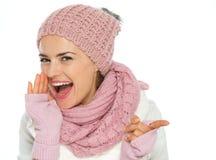 Giovane donna felice in vestiti di inverno del knit fotografia stock