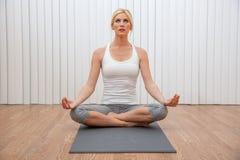 Giovane donna femminile che pratica posizione messa di yoga immagine stock